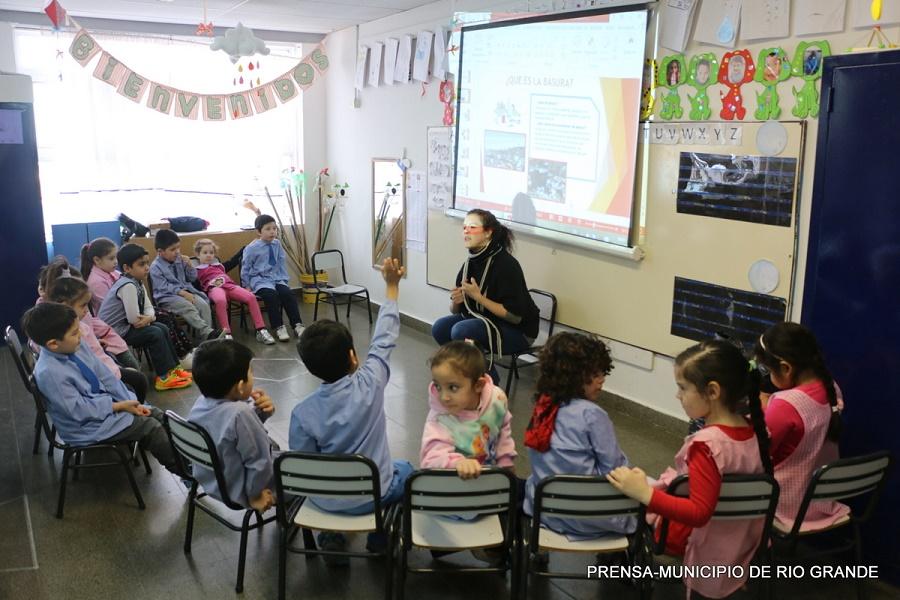 Charlas de reutilización de materiales en los jardines de infantes