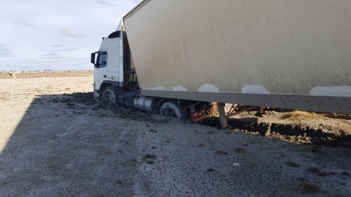 En Río Grande, el viento logró que un camión de gran porte, despistara
