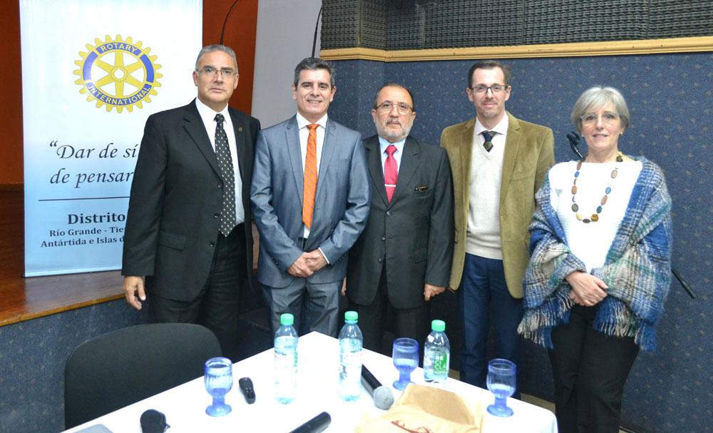De izq. a der: El presidente del Roary Club Río Grande, Prof. Miguel Vázquez, junto a los doctores,