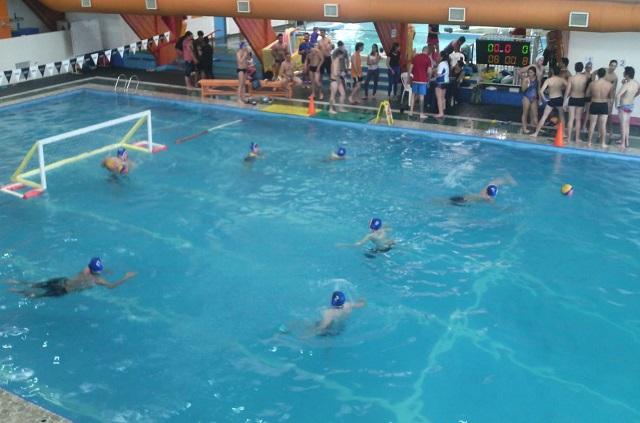 Primer torneo de whaterpolo en en natatorio Eva Perón