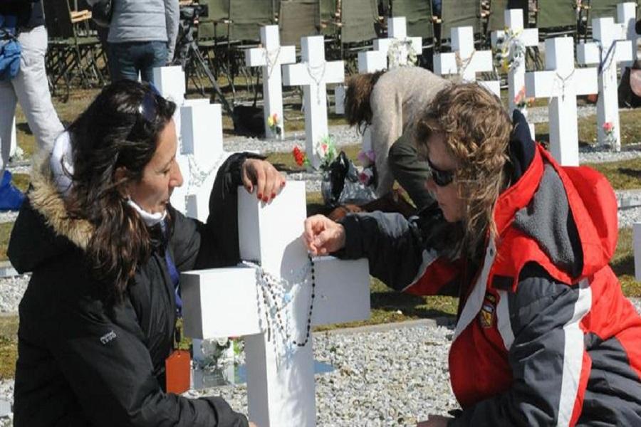 Malvinas: A 35 años de la guerra, lograron identificar 88 tumbas de soldados argentinos sepultados como NN