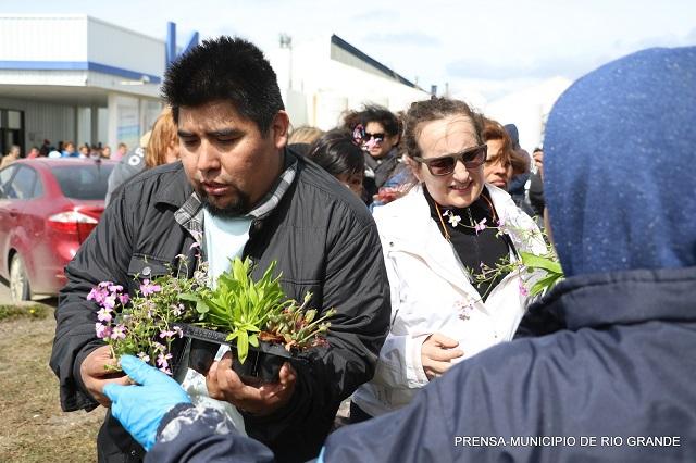 Este viernes se entregaron plantines en Margen Sur y Chacra XIII