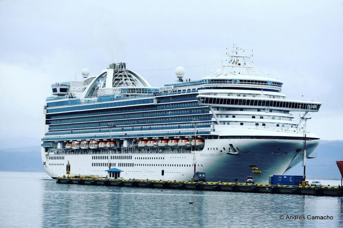 """El crucero """"Emerald Princess"""" arribó a Usahuaia con más de 3100 pasajeros"""