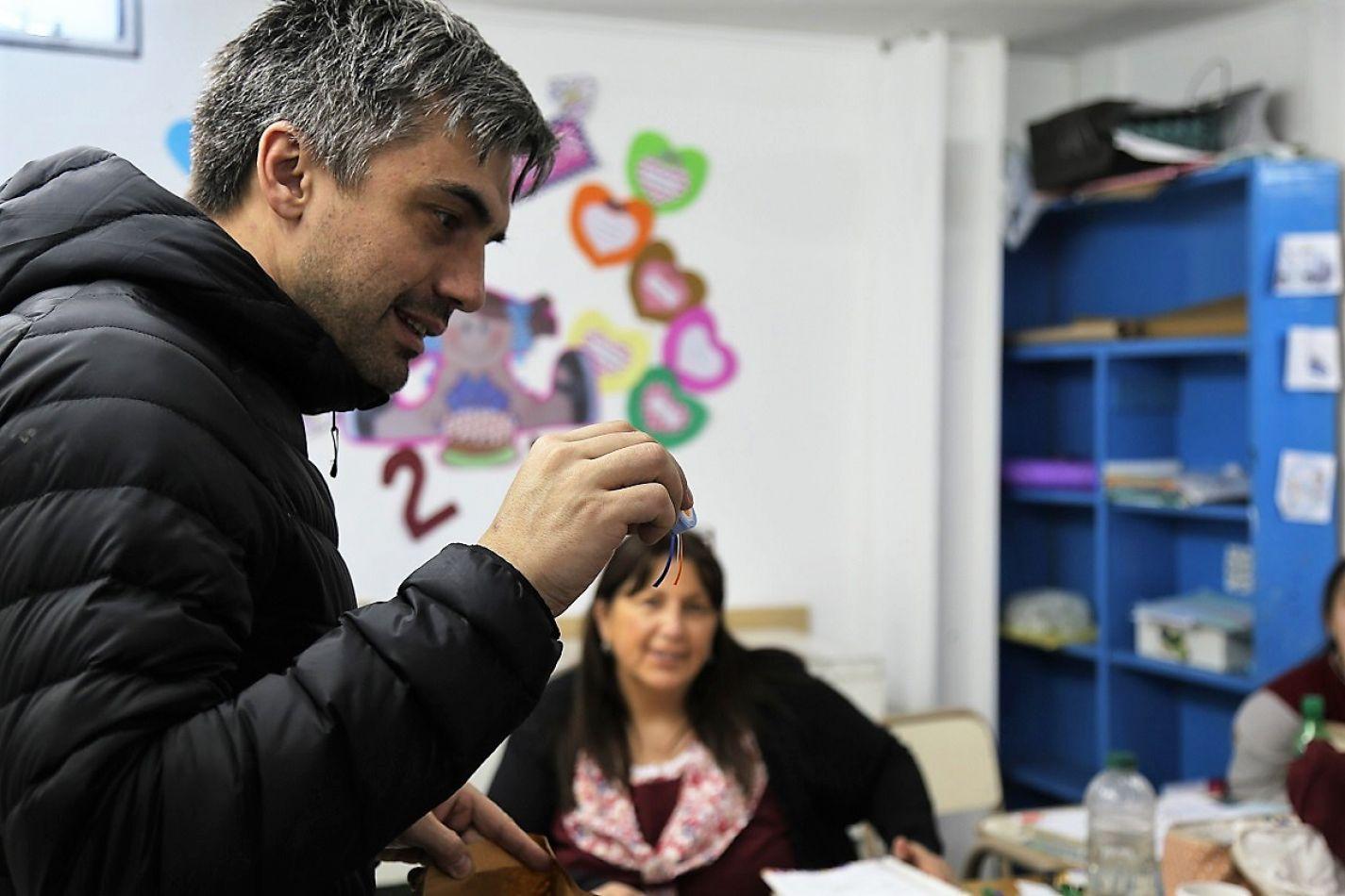 El Edil visitó varios colegios y dejó escarapelas realizadas de manera artesanal.