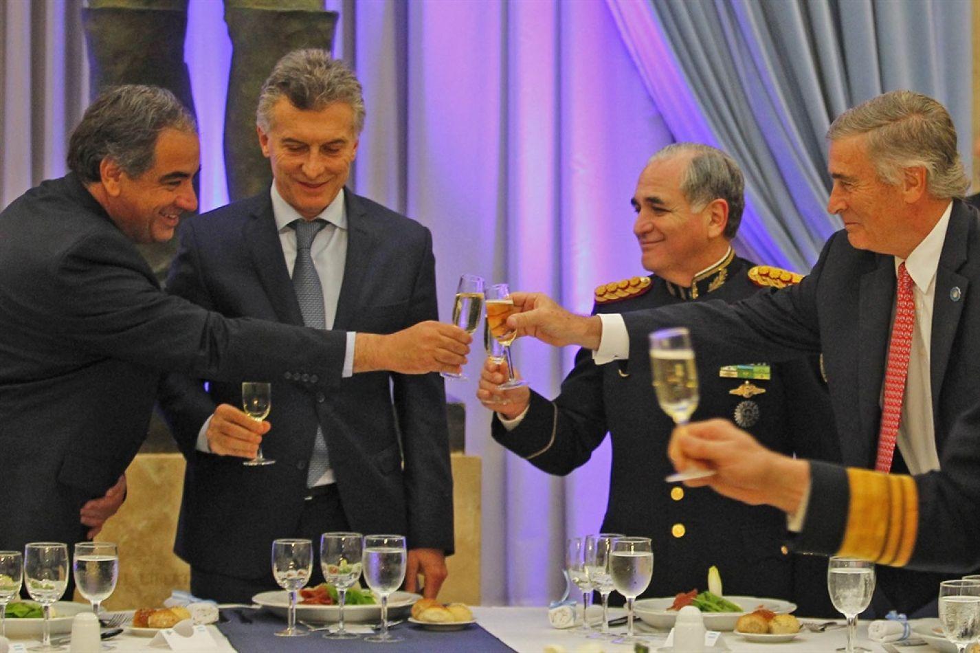 Macri y Aguad recibieron en Olivos a los jefes de las FF.AA. para anunciarles la suba; buscan revertir el malestar que había generado el magro increme