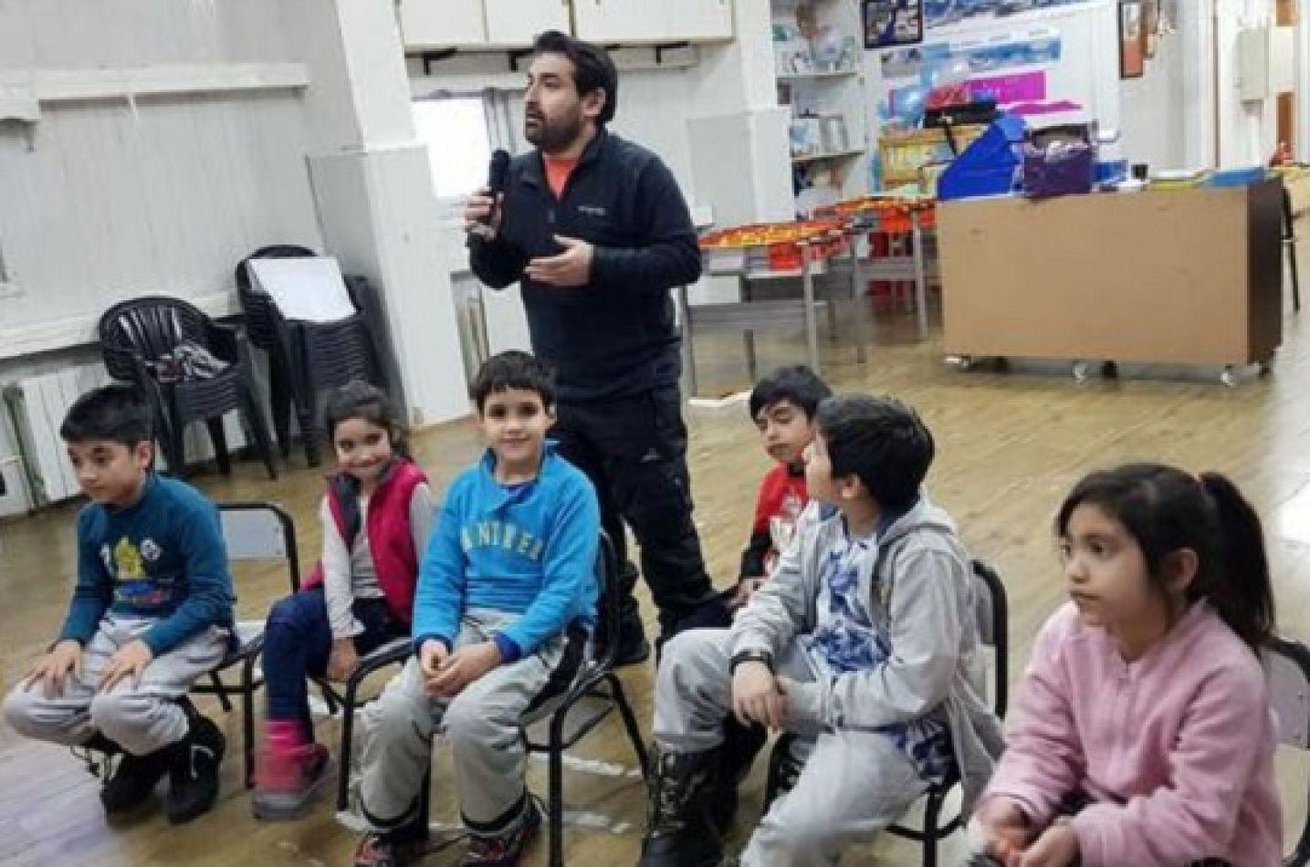 Alumnos y el profesor mientras se desarrollaba la videoconferencia.