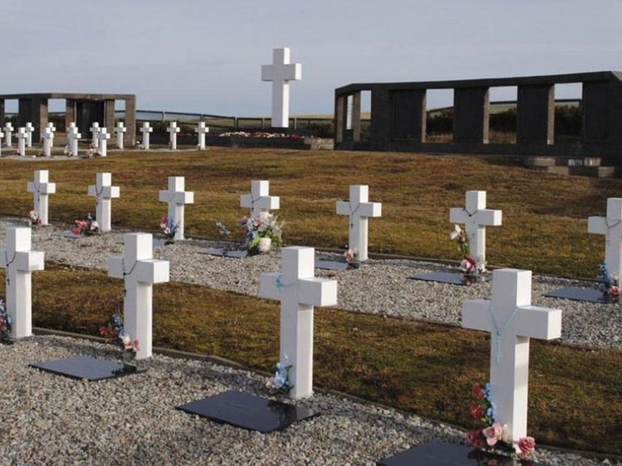 Histórica y emotiva visita de familiares al cementerio en las Malvinas