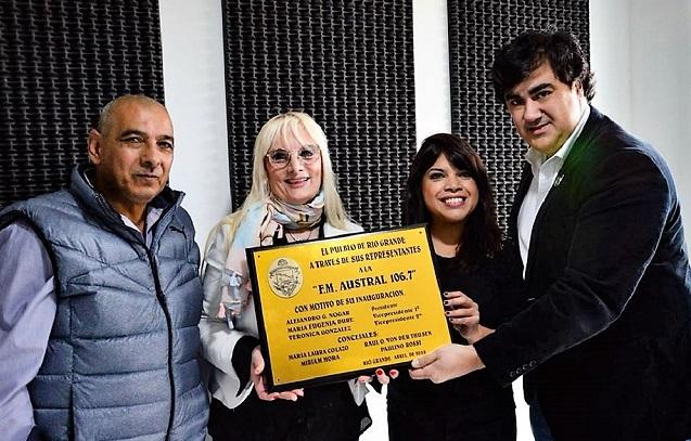 Agustín Arcenegui y Betty Herrera reciben de manos de los concejales Eugenia Duré y Alejandro Nogar.