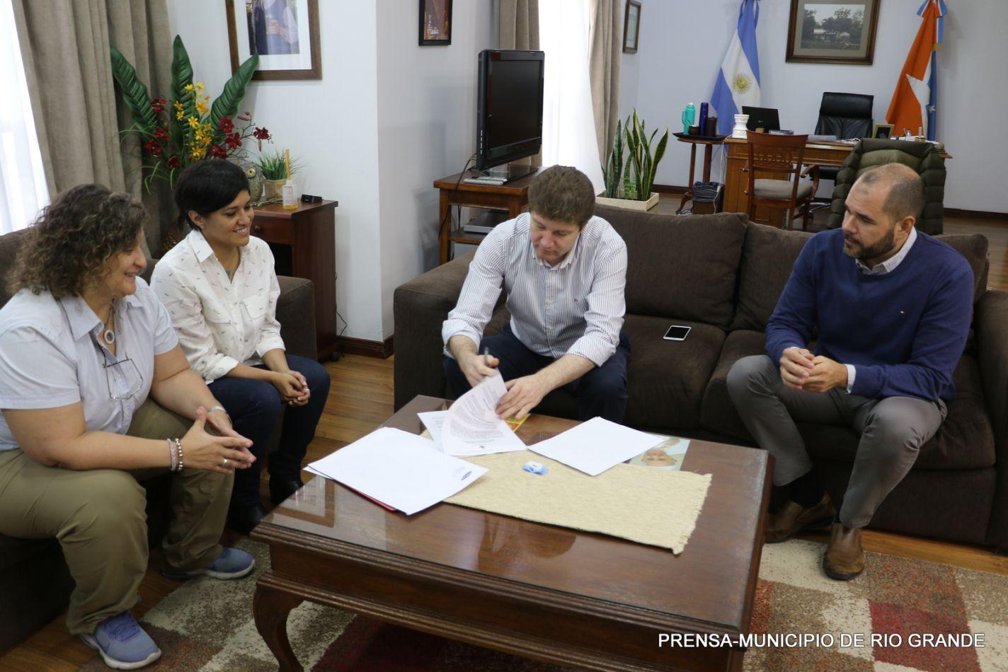 El Intendente Gustavo Melella firmó un acuerdo con Samsung Argentina
