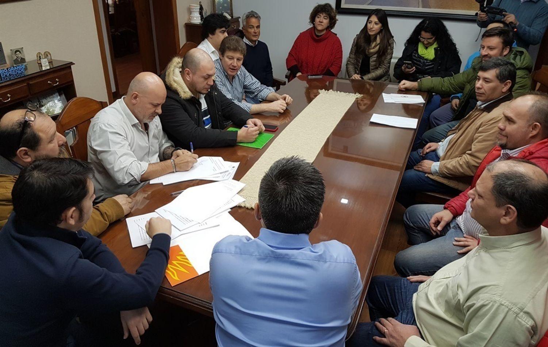 Firma del amparo en el Concejo Deliberante de Río Grande.