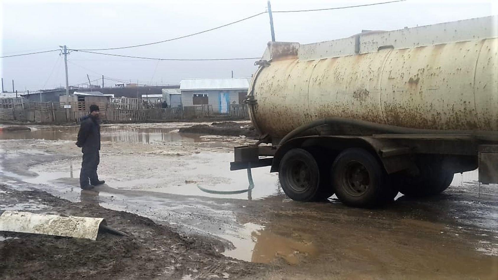 Una cisterna trabaja en las calles de los barrios de la margen sur.