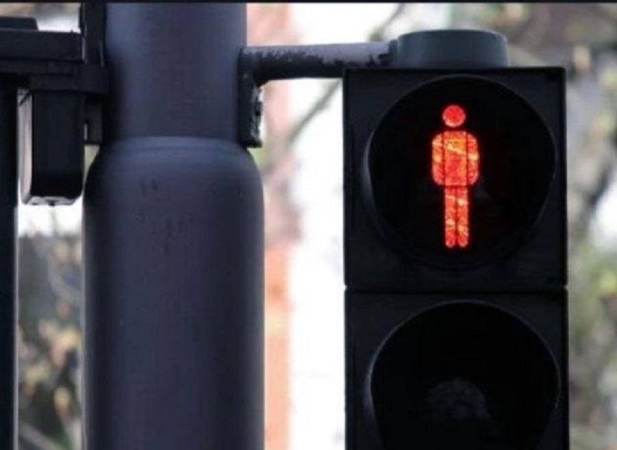 China: Crean un semáforo que moja a los peatones que cruzan en rojo