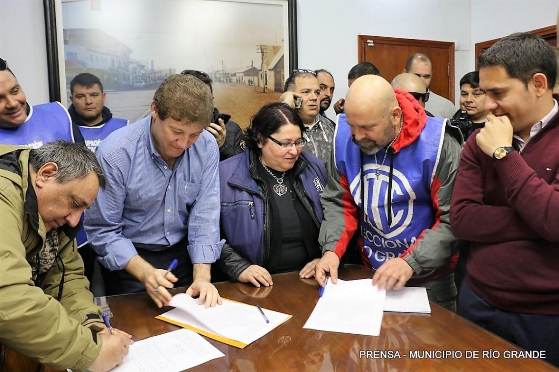 Melella firmó con estatales la recomposición salarial para municipales