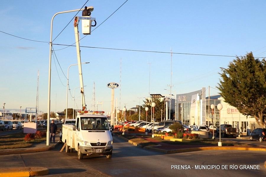 Avanza la modernización del alumbrado público con la colocación de luminaria LED