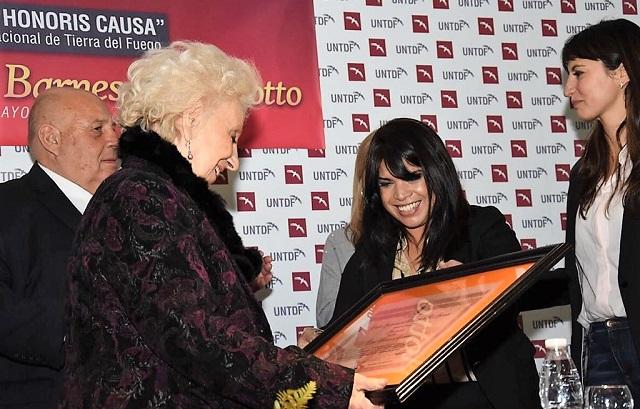 Estela Barnes de Carlotto recibió de manos de la concejal María Eugenia Duré, una copia de la Declar