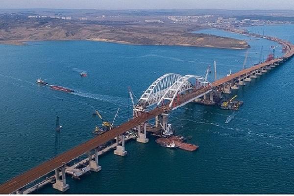 """Rusia inauguró su """"obra del siglo"""": El puente sobre el mar que la une a Crimea"""