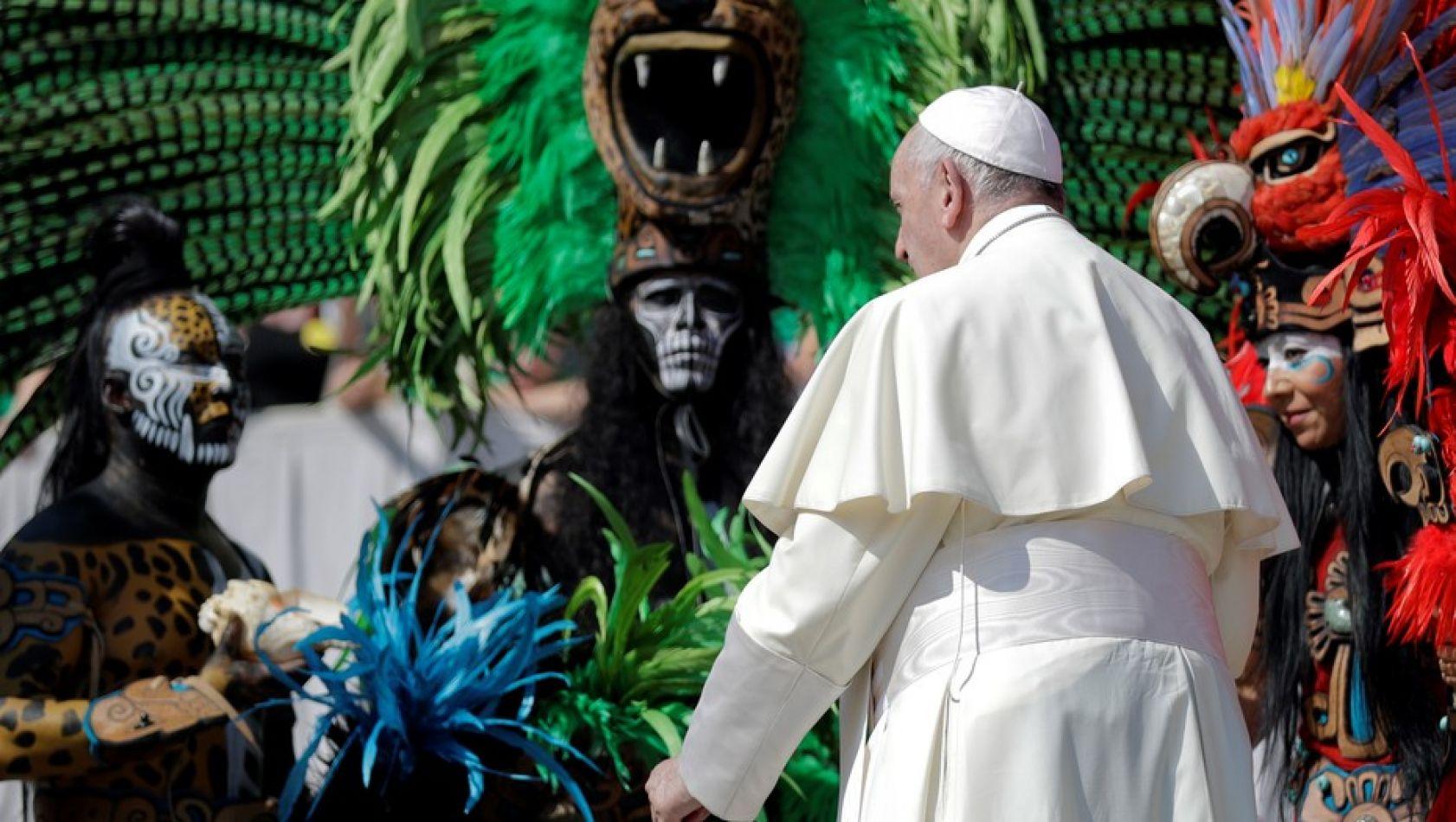 El Papa Francisco saluda a un grupo de mexicanos con ropas tradicionales, este miércoles en el Vaticano.
