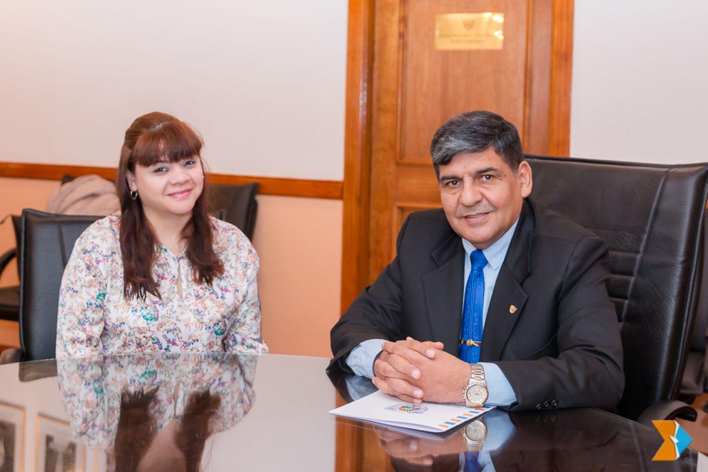 Lorena Lobo junto al presidente del Parlamento, Juan Carlos Arcando