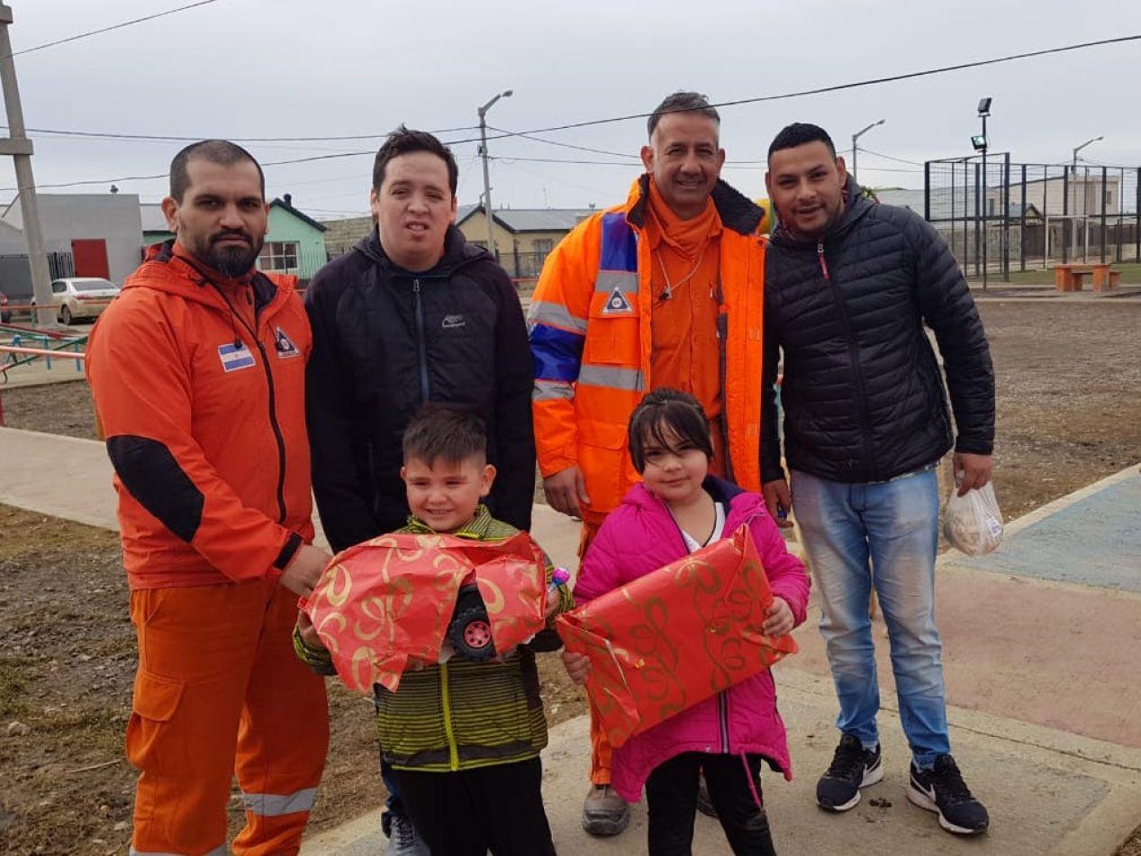 Defensa Civil entregó más de mil juguetes a niños de diferentes barrios de la ciudad de Río Grande