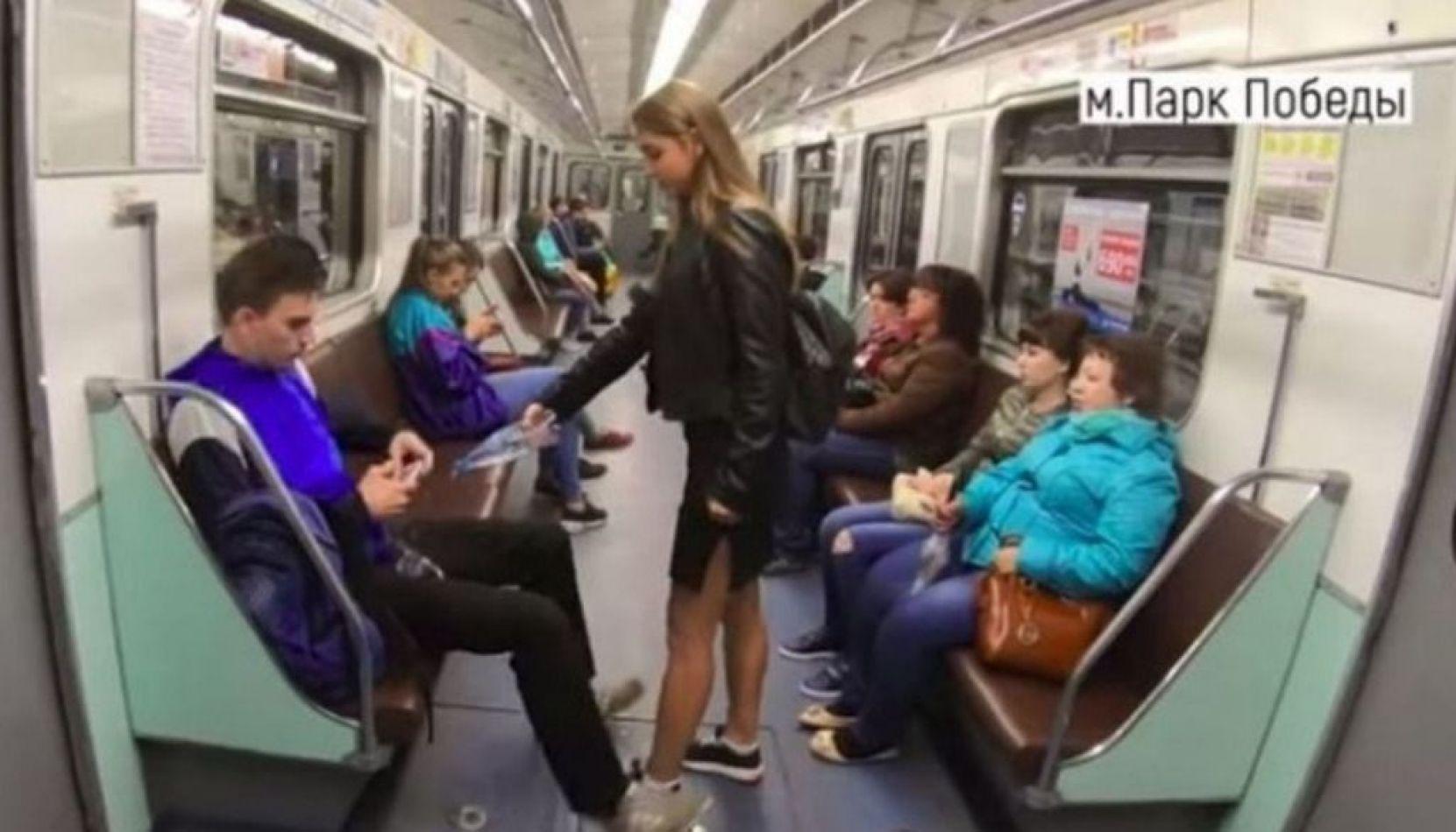Mojan a los hombres que viajan con las piernas muy abiertas en un subte en Rusia