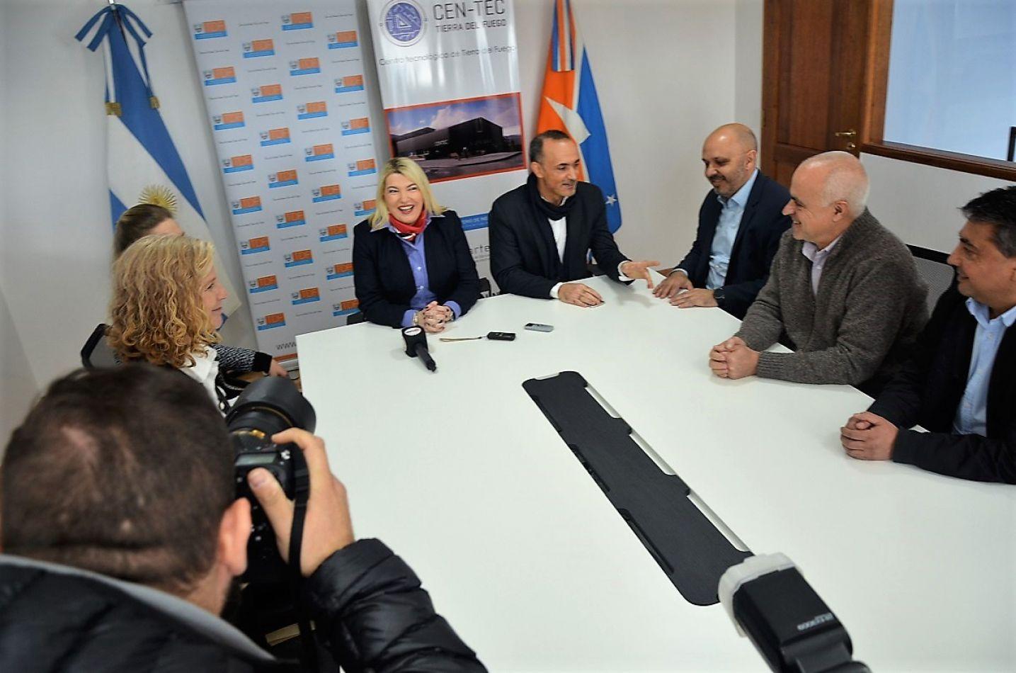 La gobernadora Rosana Bertone firmó con Samsung, el convenio de trabajo y cooperación.