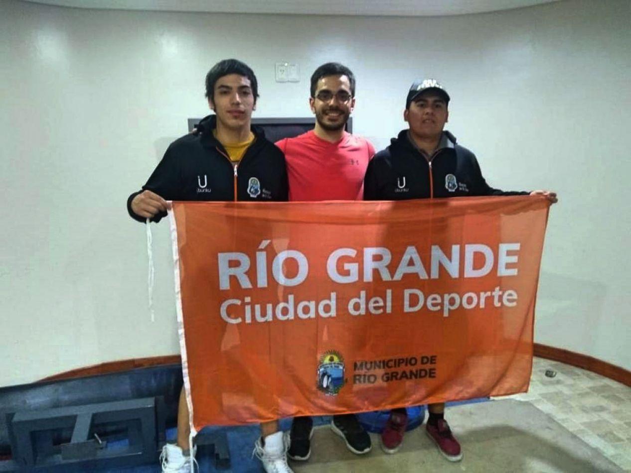 Los representantes de la Escuela de Powerlifting del Centro de Rendimiento Deportivo de Río Grande