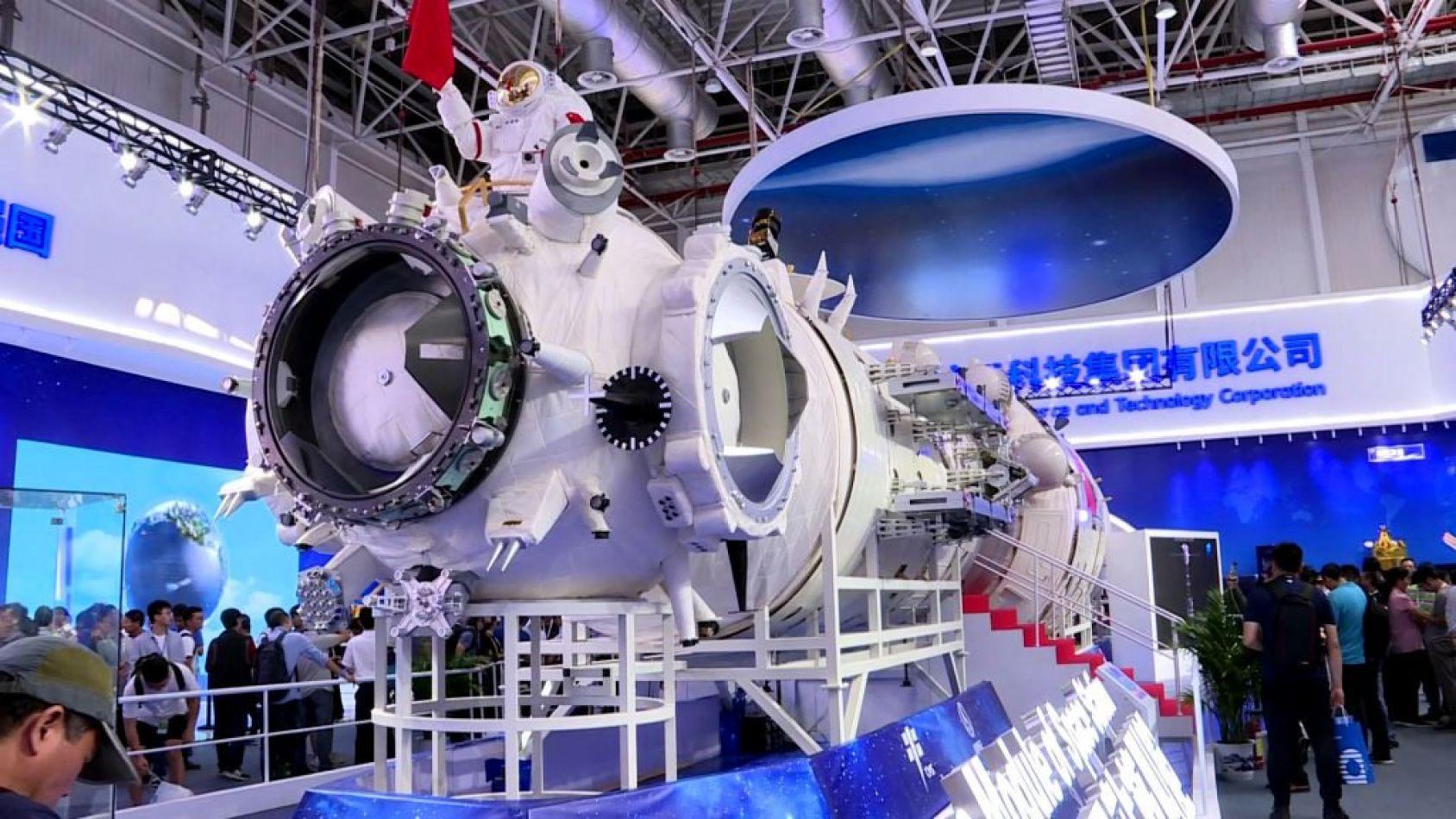 China presentó una réplica de su primera gran estación espacial, que planea lanzar a partir de 2022