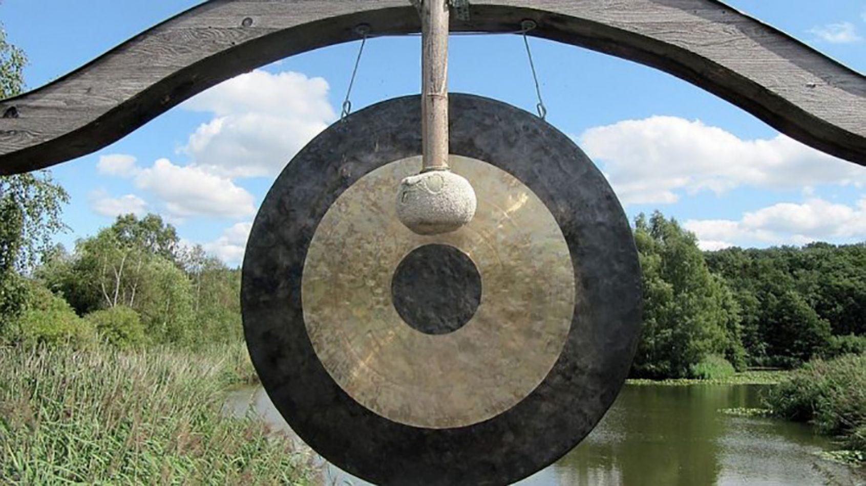 Los gong son antiguos instrumentos del sureste asiático capaces de producir vibraciones que generan una energía grupal que relaja y quita los dolores