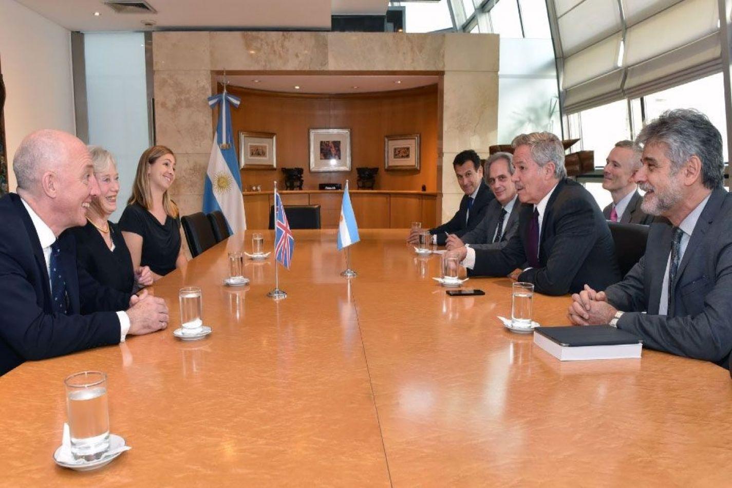 El canciller Felipe Solá, la baronesa Hooper de la Cámara de los Lores, Daniel Filmus y el embajador británico Mark Kent durante una reunión en diciem