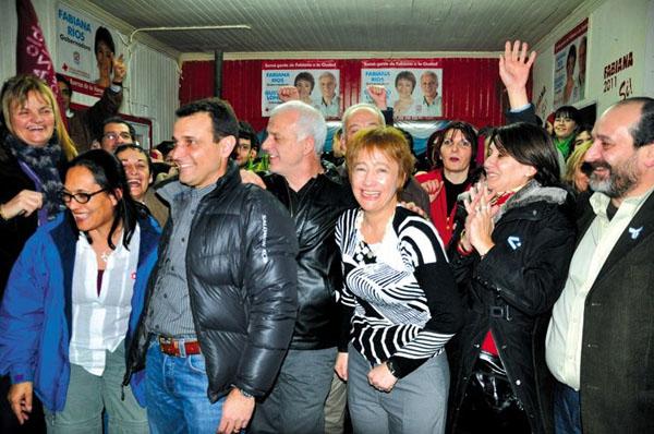 Fabiana Ríos, Gustavo Longhi y Fabio Marinello, mezclados con los seguidores del PSP.