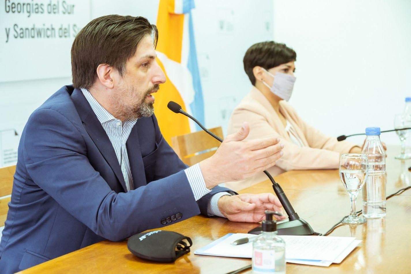 Ministro de Educación Nacional junto a la ministra Analía Cubino.