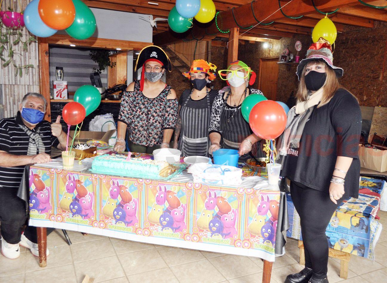 El equipo del Comedor Alietatí, Pies Descalzos, festejó su primer aniversario.