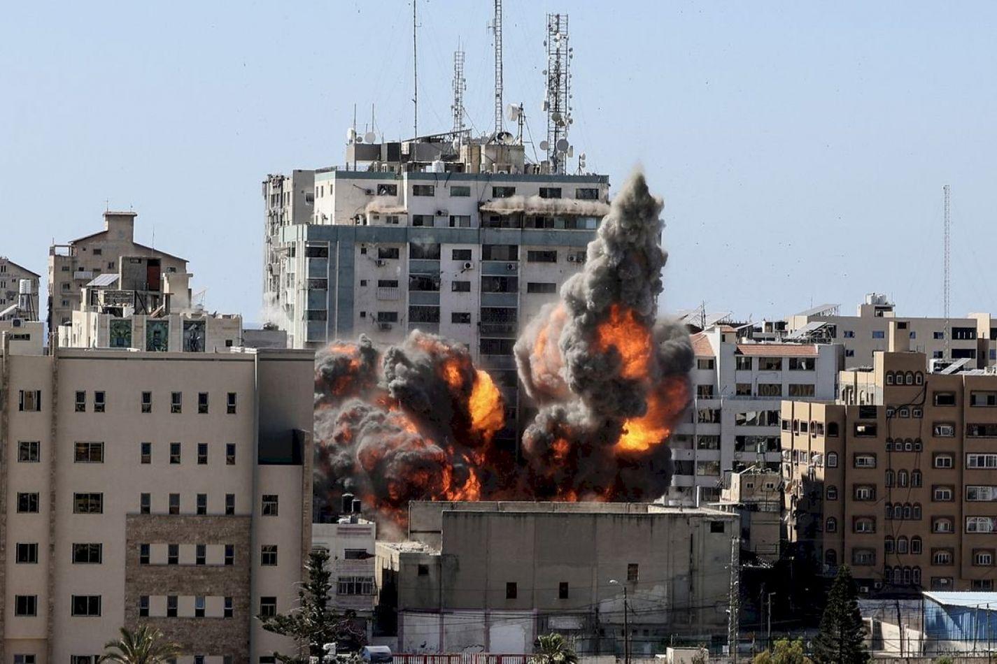 Israel destruyó un edificio en Gaza donde había oficinas de periodistas