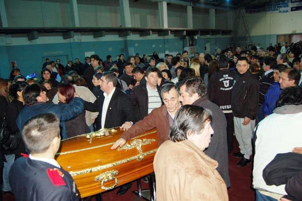 Cientos de personas recibieron el féretro de Sergio Andrade.
