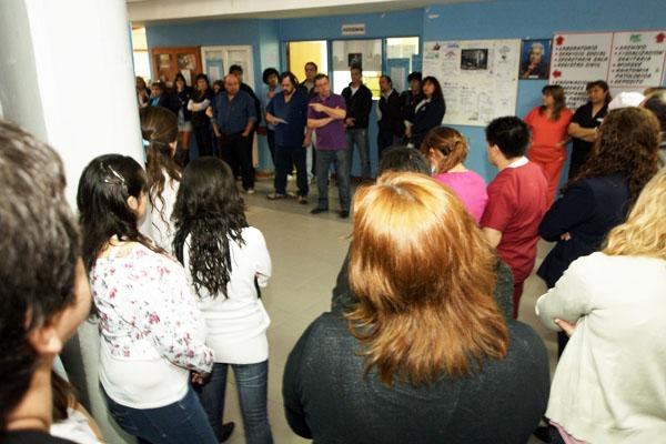 Los trabajadores del nosocomio escuchan a las autoridades de ATSA durante la asamblea.