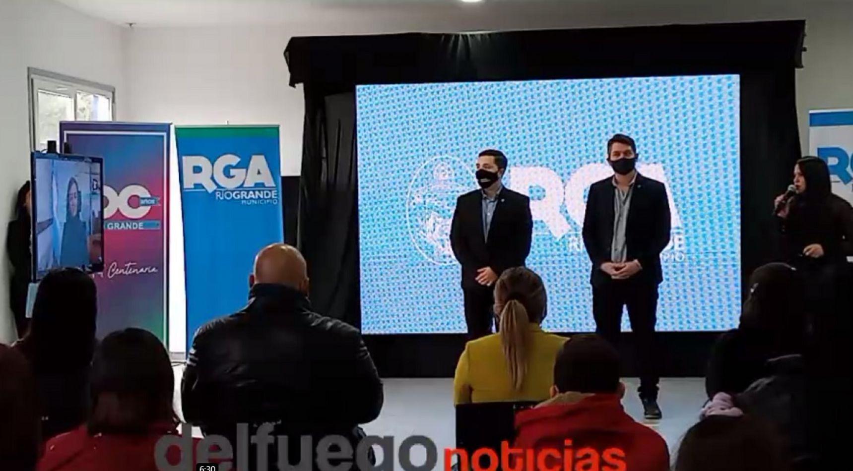 Martín Perez, junto a sus secretarios Ferro y Arce, encabezaron el acto de entrega.