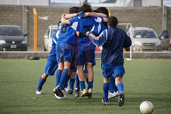 Los jugadores de Italiano celebran la merecida victoria ante Estrella Austral.