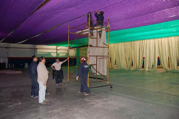 La ambientación del gimnasio donde se realizará la cena será colorida.
