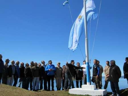 Arcando acompañó a Combatientes de Malvinas en acto de izamiento del Pabellón Nacional en Isla Redonda