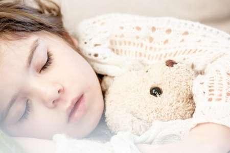 Especialistas recomiendan dormir más durante la cuarentena