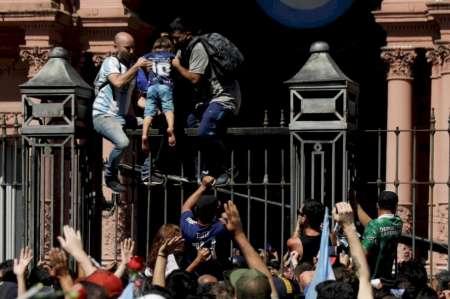 """Denunciaron a Alberto Fernández por """"propagación masiva"""" de coronavirus en el funeral de Maradona"""