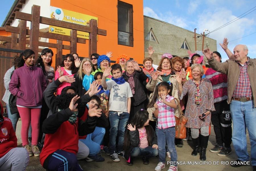 Abuelas de los talleres municipales entregaron juguetes en la Margen Sur