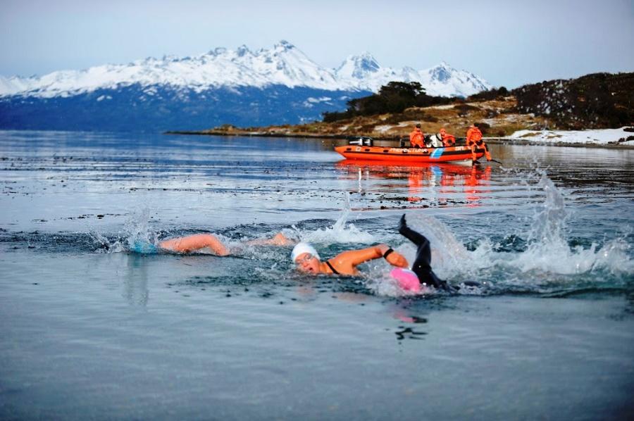 35 atletas desafiaron las frías aguas del Fin del Mundo
