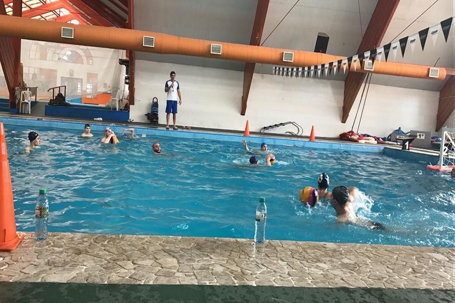 Se brindó clínica deportiva de waterpolo en el Natatorio Municipal Eva Perón