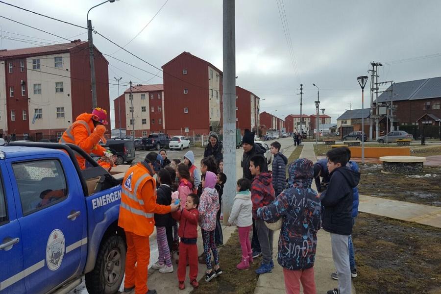 Campaña Solidaria: Defensa Civil Municipal recorrió  barrios de la ciudad entregando juguetes regalando