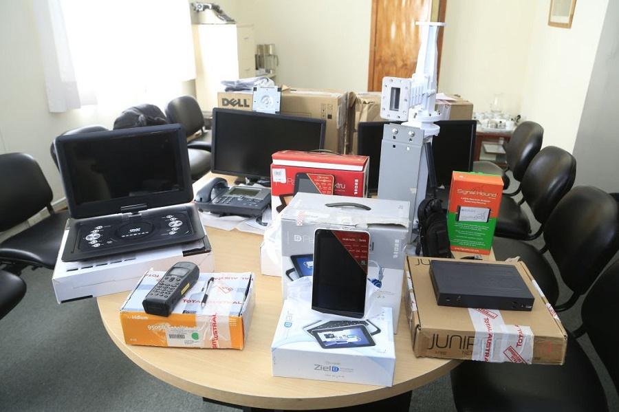 Gobierno recibió lote de indumentaria y electrónica por parte de la Aduana de Río Grande
