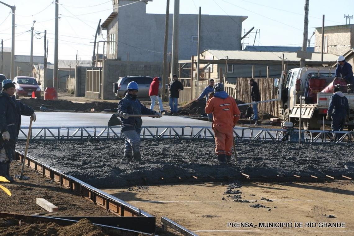 Comenzaron a hormigonar calles de los B° Argentino y El Mirador