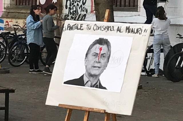 Facultad de Humanidades: Exhibieron una foto de Macri con un tiro en la frente