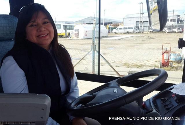 Incorporaron a la primera trabajadora para conducir una unidad de transporte