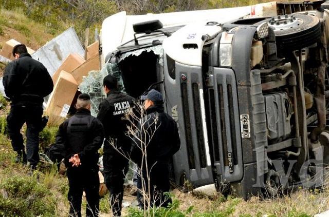 Un camión cargado de equipos de aire acondicionado volcó en la Ruta 3
